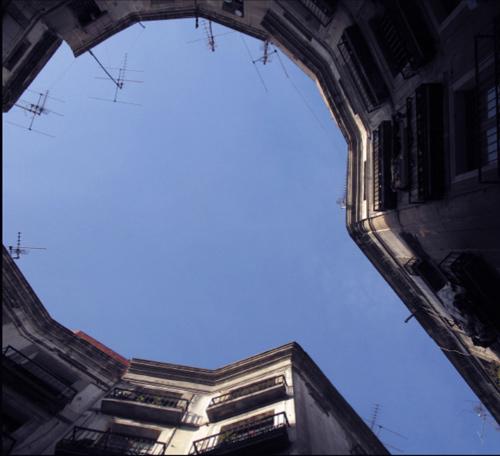 城市天空中的字母