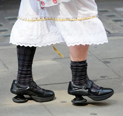 她那身打扮使得这双鞋子更加奇怪