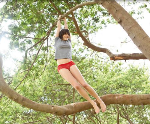 美女吊在树上可爱