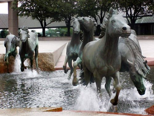 请在这里填一首形容马踏过小溪水花四溅的古诗