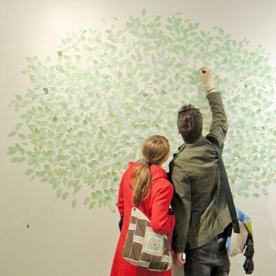 接下来,是不是该出小鸟和毛毛虫形状的报事贴纸,贴到树叶贴纸旁边呢