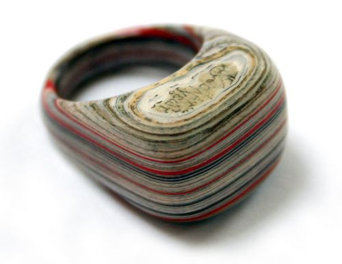但是这种从书里挖雕出来的戒指,有一个问题