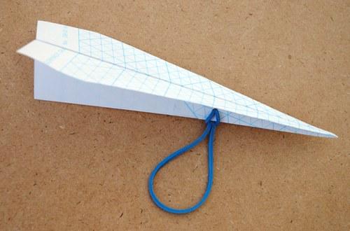 给普通的纸飞机穿个孔
