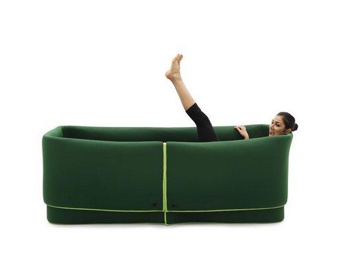 不禁让人猜想沙发挡住的地方是不是还有另外一个人