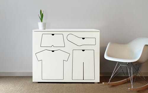 补充图片说明:一只内裤,一件T恤,一条裤子,一双短袜,加上一个盆栽和一把舒服的椅子,就是宅在家所需要的一切,我一个朋友对这张图这么总结道
