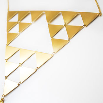 这个图样叫做谢尔宾斯基三角形