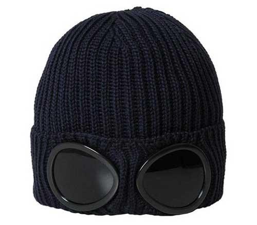 有一年冬天戴上了帽子,从那以后每一年冬天都必须得戴不然就会觉得脑袋冷得受不了