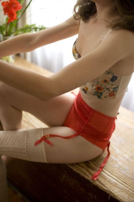 她脱了!一只吊带袜……