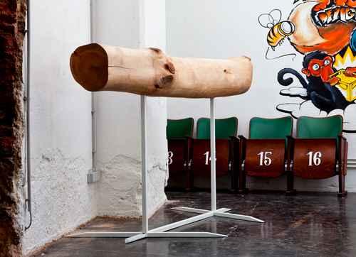 当年读大学时一栋旧教学楼要彻底翻修,蜗牛就趁乱搬了一把大椅子回宿舍