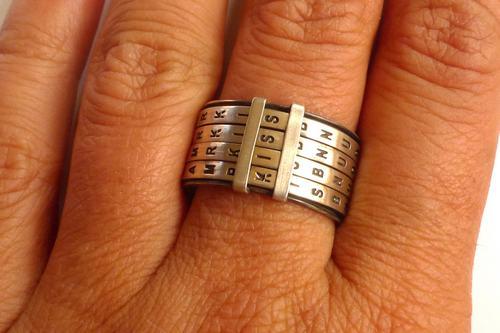 实际上这个戒指没有那么多字母,它只能拼出一部分四个字以内的单词
