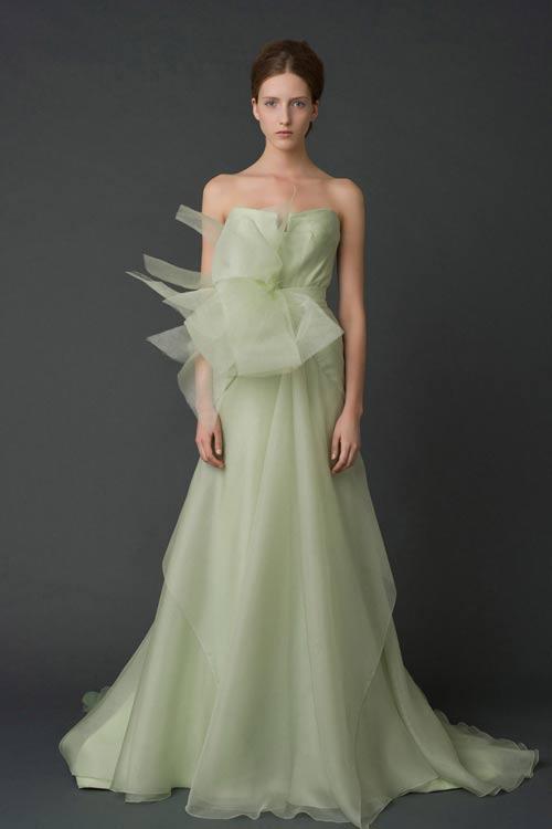 天啊,连不是白色的婚纱都这么美