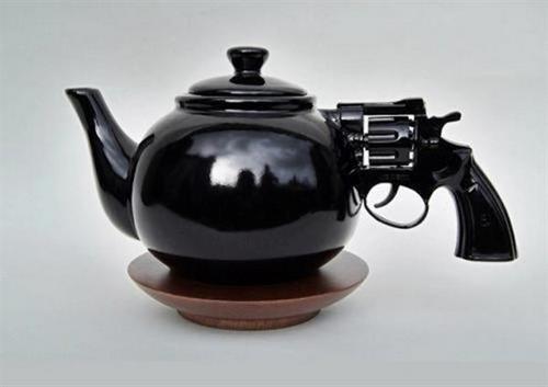 为什么茶壶上的倒影像是户外?