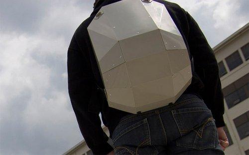 走在街上这个背包会被人用指头像敲乌龟壳一样敲