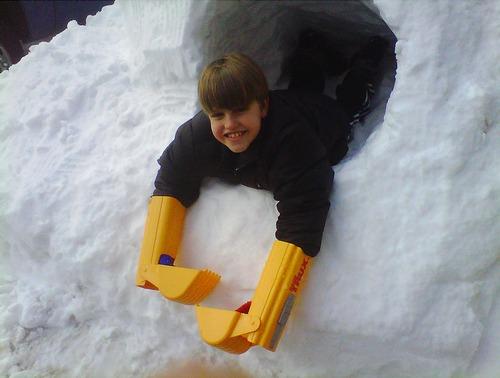 为了把雪堆成这么大一堆供这个小孩子挖雪洞,他们使用了真的挖掘机(伪