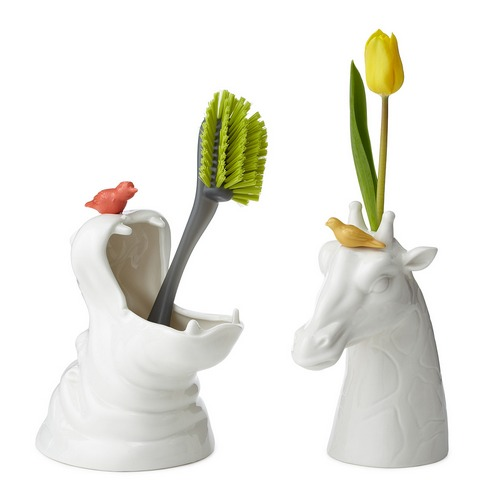 鲜花插在长颈鹿上