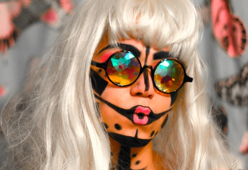 猫王、Ladygaga、白发魔女的混合百变大咖秀?