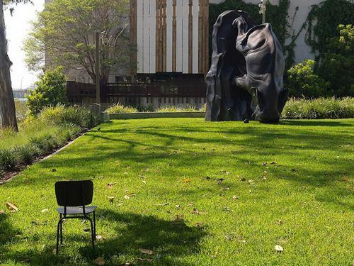是想表达这个小老鼠在倒立的大象面前经常会被忽略吗?