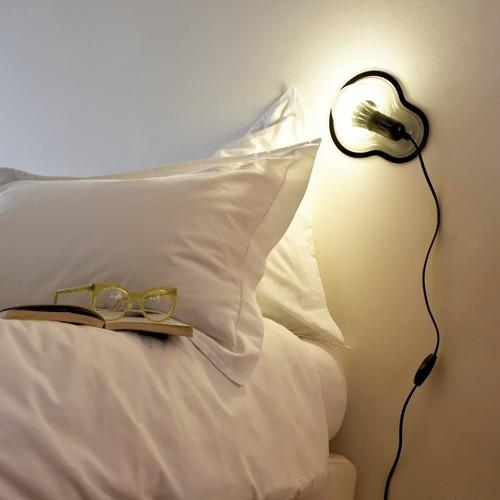趴在你的床头静静看着你