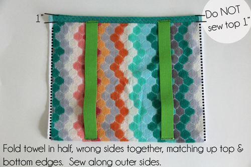 毛巾对折,沿两侧缝合。靠近顶端开口处留1英寸(2.5厘米)不要缝合,顶端也不要缝合,作为背包开口。