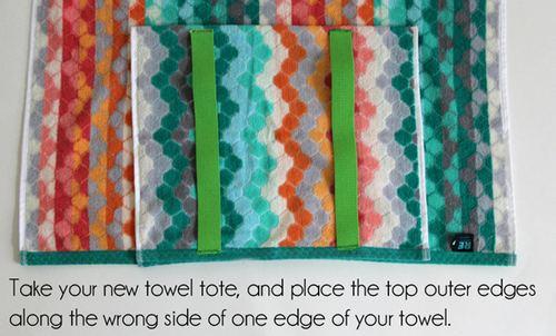 将毛巾的开口端与浴巾的一端边缘对齐,居中放置。