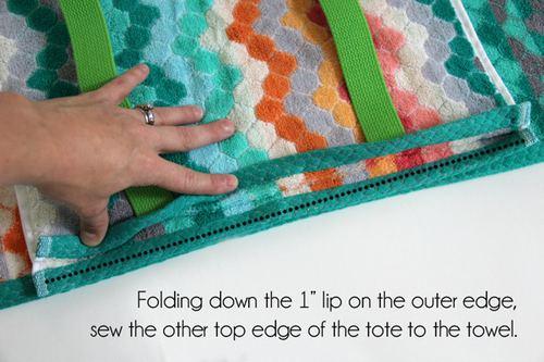 开口端留出1英寸(约2.5厘米),同时避开最外侧的背带面,沿开口处,将毛巾内侧一面跟下面的浴巾缝在一起。