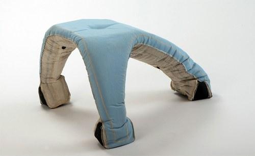 氪星内裤变身三脚小凳子。