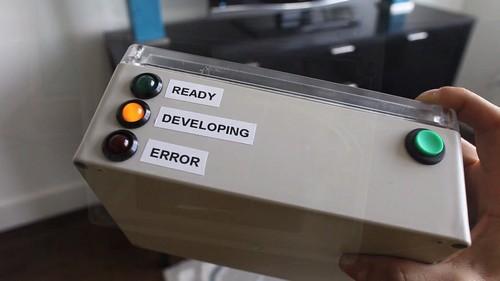 还少一个大大的按钮,上面写着'不要恐慌'