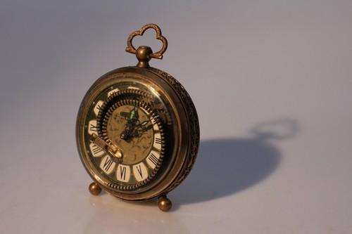 拉链的动感,打破了原本机械的运作,使得钟表的时间仿佛停滞,但随时又能动起来