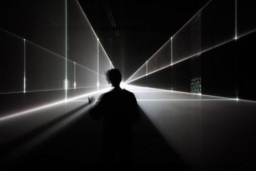 讲究物随人移,狭小的幅面装下巨大的空间,有点像广角或者鱼眼相机