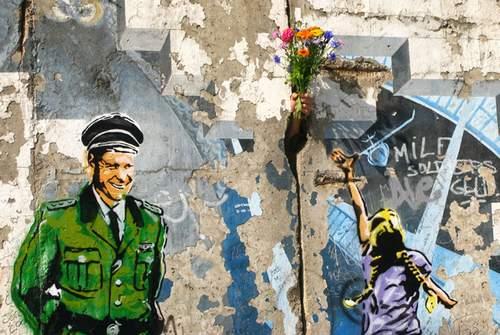 这幅画画在柏林墙上