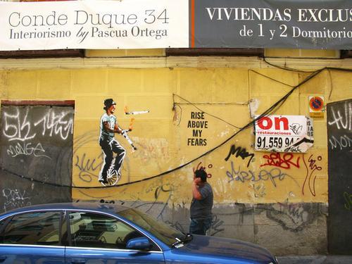 求画家到有许多钢管的墙壁上作画
