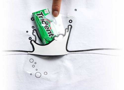 换口香糖做演示表示说大家要扩宽思维,虽然是为手机和mp3准备的口袋但也可以放其他东西啊卫生巾啊鼻涕纸啊