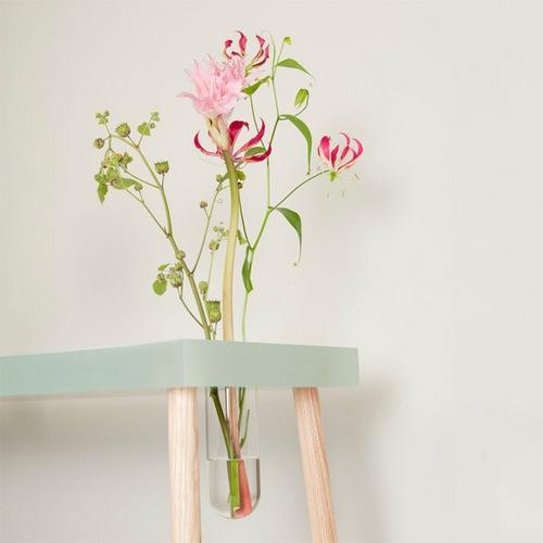 桌子上挖个洞放上花瓶真是好好看