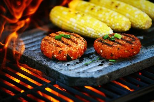 有的人说玉米要先煮熟才能拿去烤――前面放的那两个是肉饼吗?