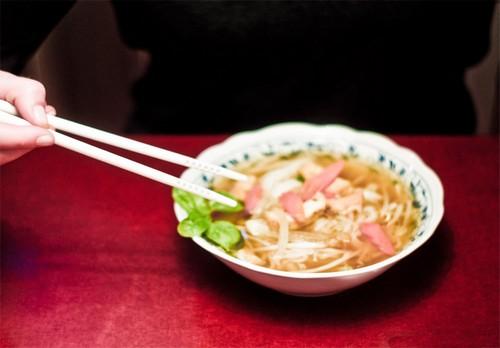 皇上,已经用象牙筷子试过了,其实目前我也不知道您这碗面有没有毒。