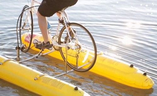 简而言之就是把自行车架在两个气囊上。