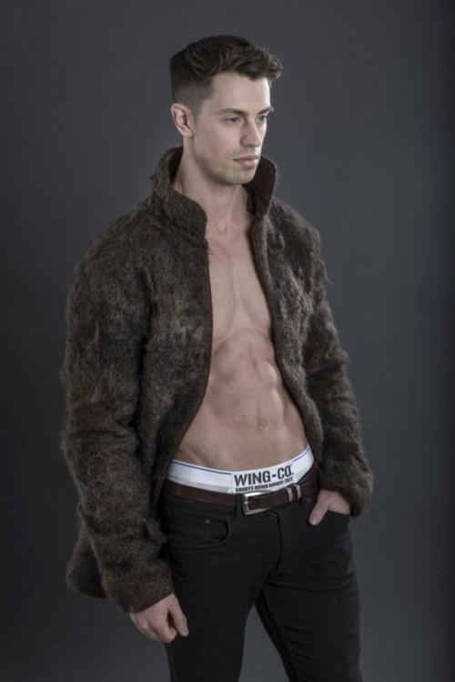 即使你没有胸毛,也可以穿一件别人胸毛做成的大衣来彰显性感对不对