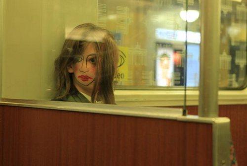 通过系列里其它照片可以看出模特是个好看的姑娘,但这一张画的脸,打眼看上去跟劣质充气娃娃似的,也有点像易装癖大叔