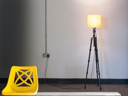 从三脚架的影子可以看出屋子里还有另外一盏灯!