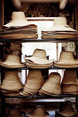 据说一顶很好的巴拿马草帽几十万上下。
