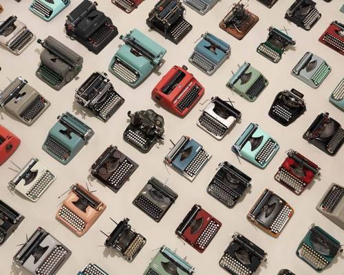 我有个朋友很喜欢打字机,似乎是看《纸牌屋》迷上里面一打字机,想办法淘到了一台。