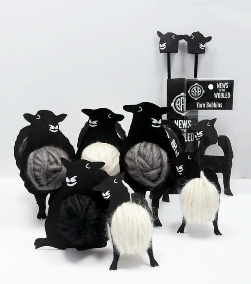 羊毛(Wool) 是一个可从羊身上取得的方块,它可以被染成16种不同的颜色。羊毛方块非常脆弱,易燃,而且拥有很弱的爆炸抗性。――来自 MINECRAFT 游戏